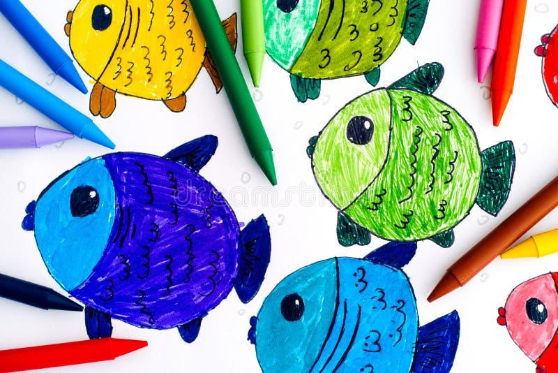 Peixes coloridos Desenho da mão da criança com pastéis coloridos foto de stock