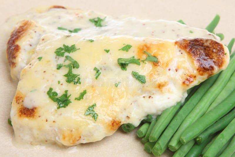 Peixes cozidos da arinca com molho de queijo fotografia de stock royalty free