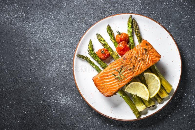 Peixes cozidos dos salmões com opinião superior do aspargo imagens de stock