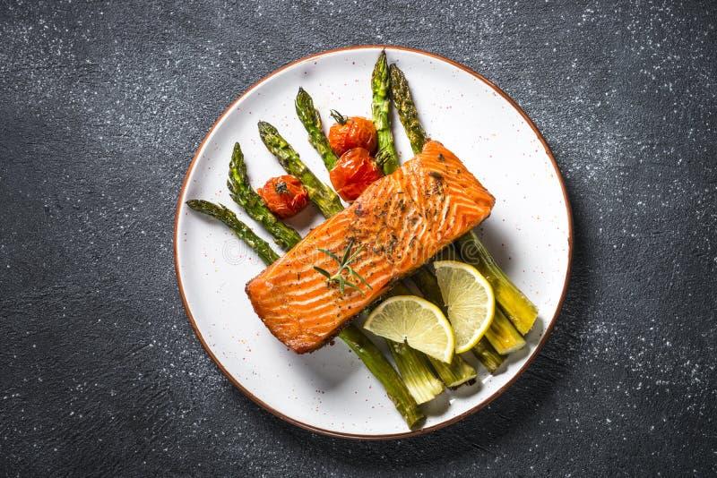 Peixes cozidos dos salmões com opinião superior do aspargo fotos de stock