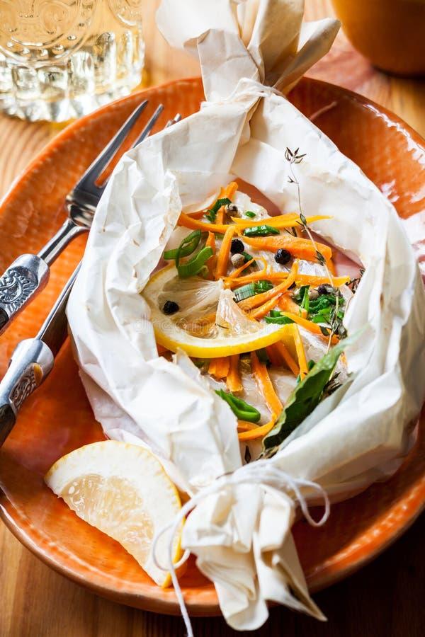 Peixes cozidos no papel de pergaminho imagem de stock royalty free