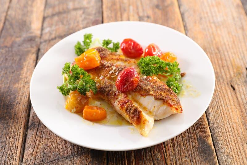 Peixes cozinhados com tomate fotografia de stock royalty free