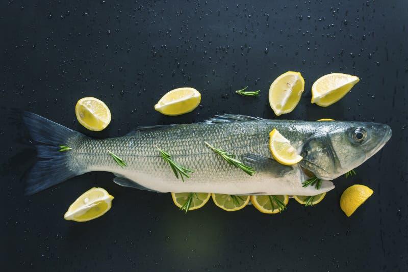 Peixes crus frescos preparados cozendo Posto de conserva nas especiarias e enchido com fatias de limão suculento e ramos dos alec imagens de stock royalty free