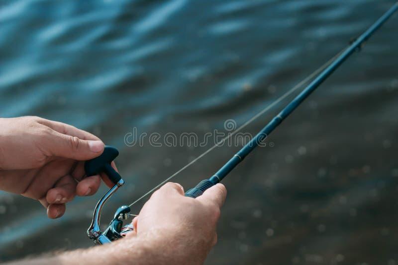 Peixes da pesca da costa com uma vara, fim acima fotografia de stock