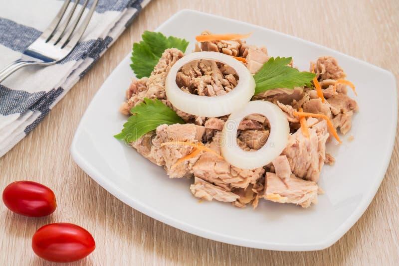 Peixes de atum enlatados no prato branco imagem de stock royalty free