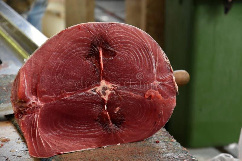 Peixes de atum vermelhos do corte fresco fotografia de stock