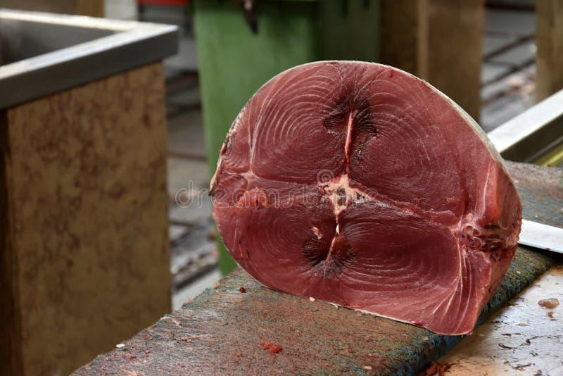 Peixes de atum vermelhos do corte fresco foto de stock royalty free