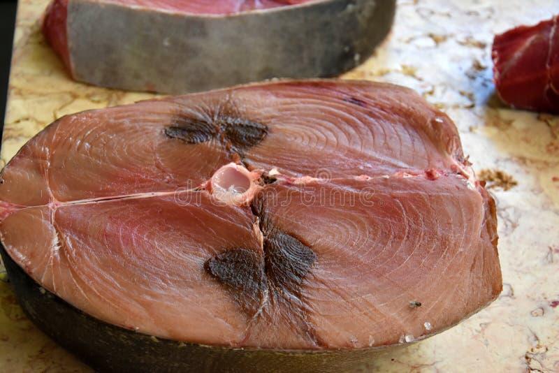 Peixes de atum vermelhos do corte fresco fotografia de stock royalty free