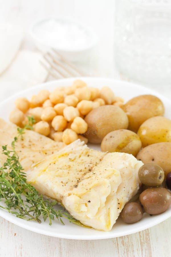 Peixes de bacalhau fervidos com grão-de-bico imagem de stock