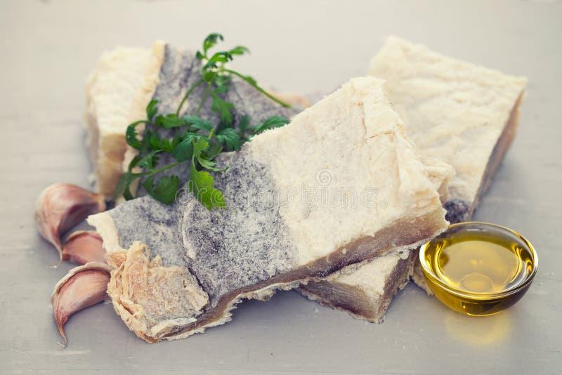 Peixes de bacalhau salgados com ervas foto de stock