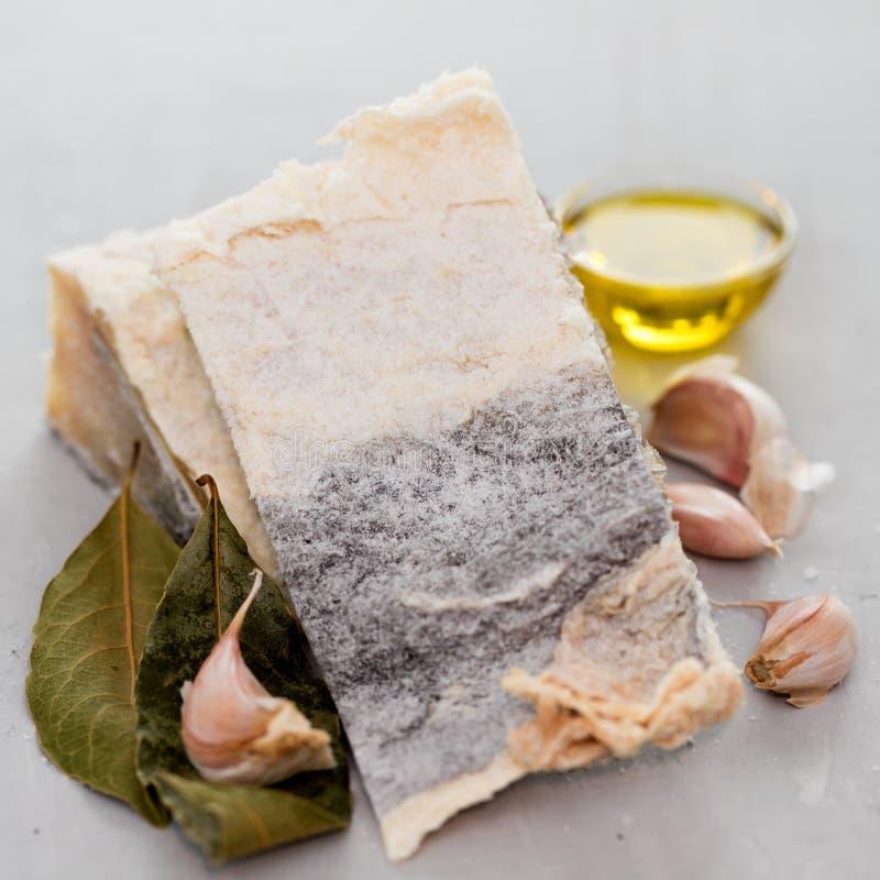 Peixes de bacalhau salgados com ervas fotografia de stock royalty free