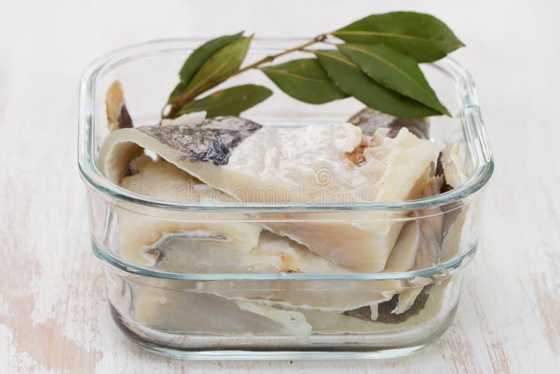 Peixes de bacalhau salgados na água imagem de stock royalty free