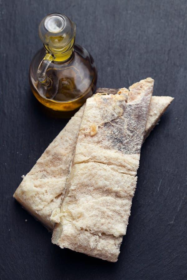 Peixes de bacalhau secos salgados com azeite fotos de stock