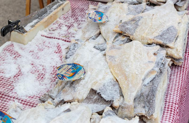 Peixes de bacalhau secos salgados no mercado de rua imagem de stock