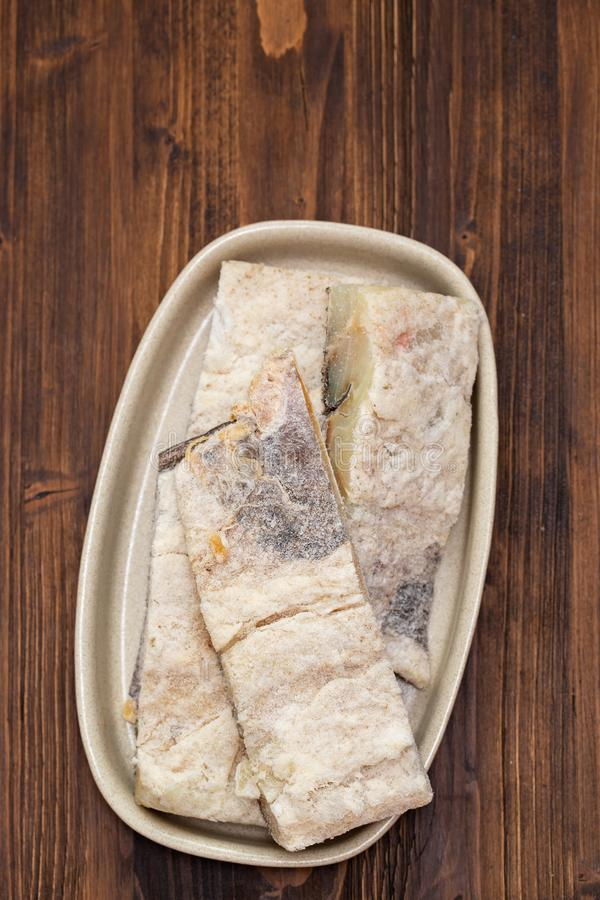 Peixes de bacalhau secos salgados no prato fotografia de stock