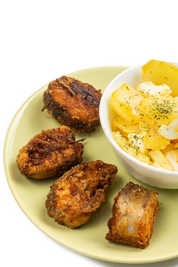 Peixes de Fried Hake com salada do ovo na placa fotografia de stock royalty free