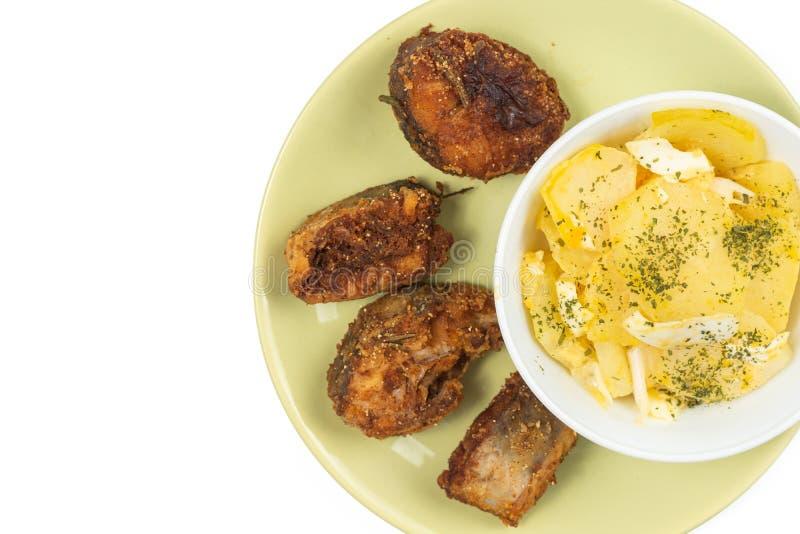 Peixes de Fried Hake com salada do ovo na placa imagens de stock royalty free
