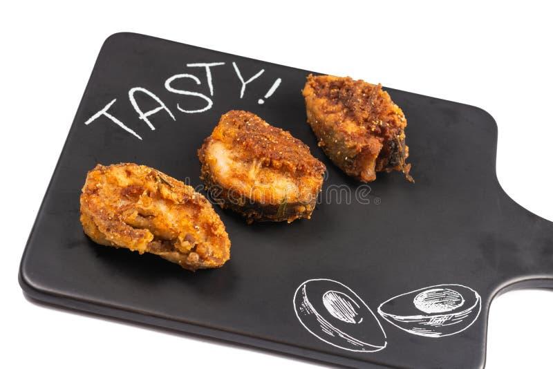 Peixes de Fried Hake na placa preta da bandeja fotos de stock royalty free