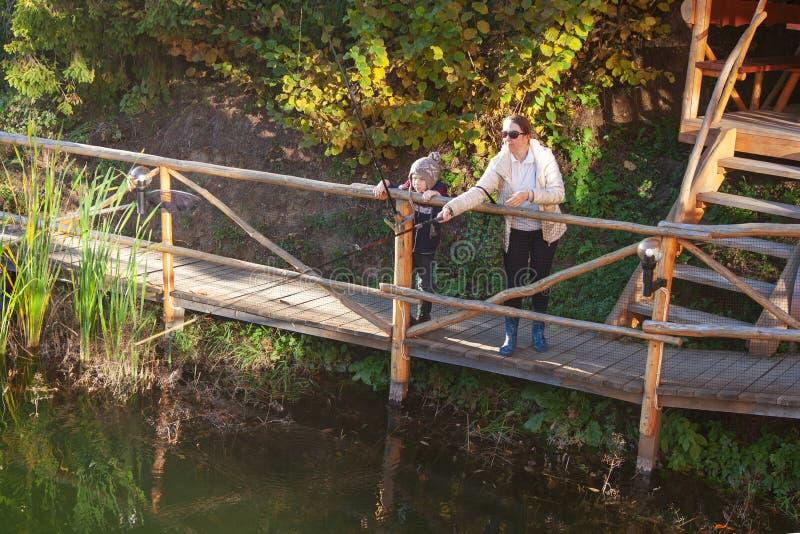 Peixes de travamento da mulher e do menino para a isca fotografia de stock royalty free