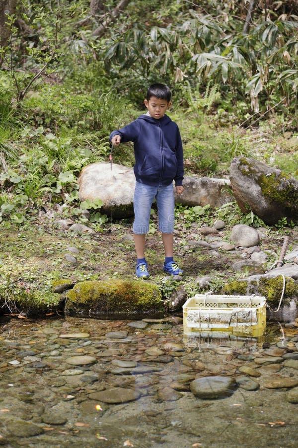 Peixes de travamento do menino japon?s imagem de stock royalty free
