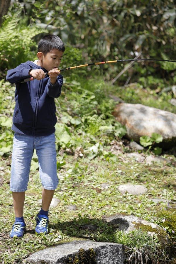Peixes de travamento do menino japon?s foto de stock royalty free