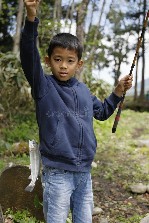 Peixes de travamento do menino japon?s fotos de stock royalty free