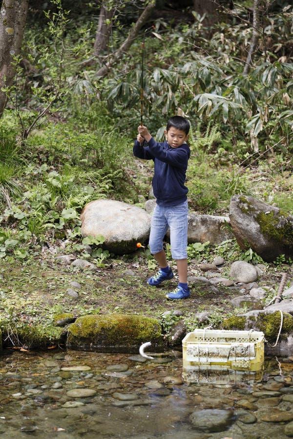 Peixes de travamento do menino japon?s imagens de stock royalty free