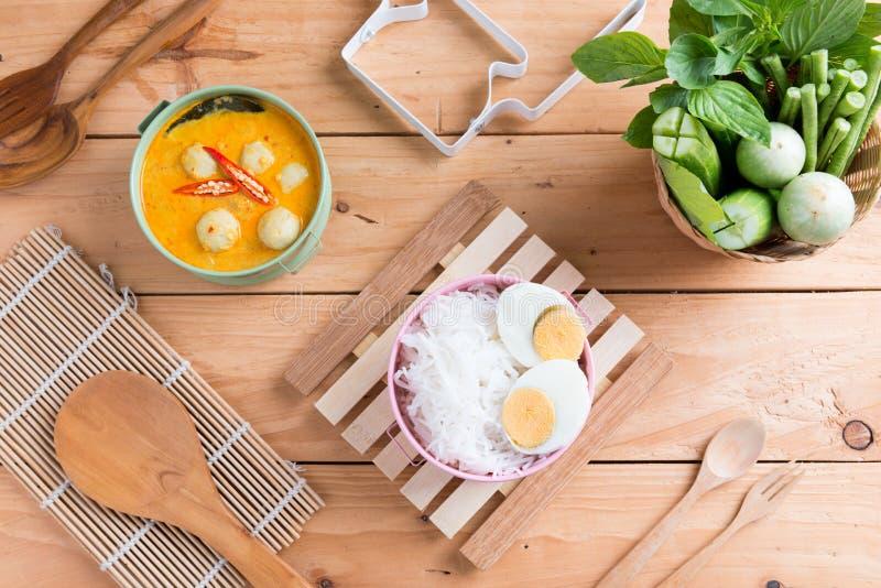 Peixes do caril do leite de coco e bola de peixes com o macarronete de arroz tailandês imagens de stock royalty free