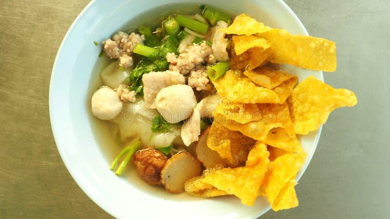 Peixes do macarronete e sopa tailandeses da carne de porco foto de stock royalty free