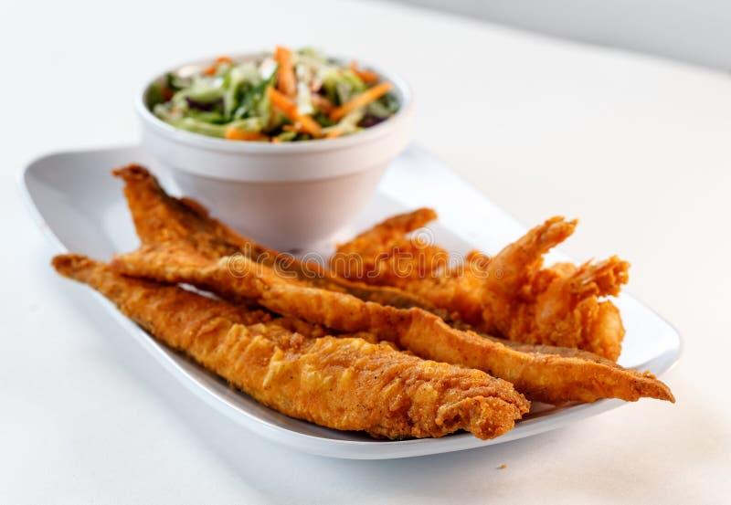 Peixes e camarão fritados fotografia de stock royalty free
