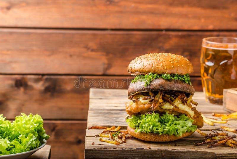 Peixes e Chips Burger com portobello grelhado fotografia de stock