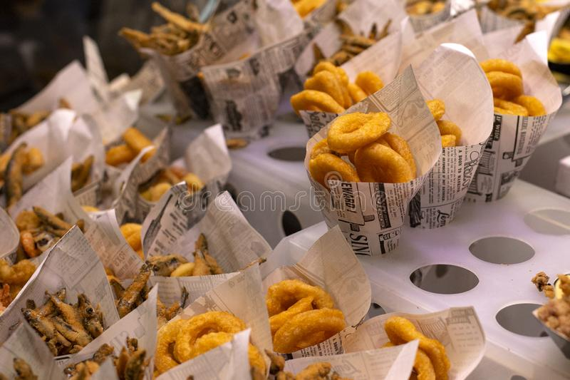 Peixes e marisco tradicional, dedos de peixes, an?is do calamar e o outro fast food no mercado famoso em Barcelona, Catalonia fotografia de stock royalty free