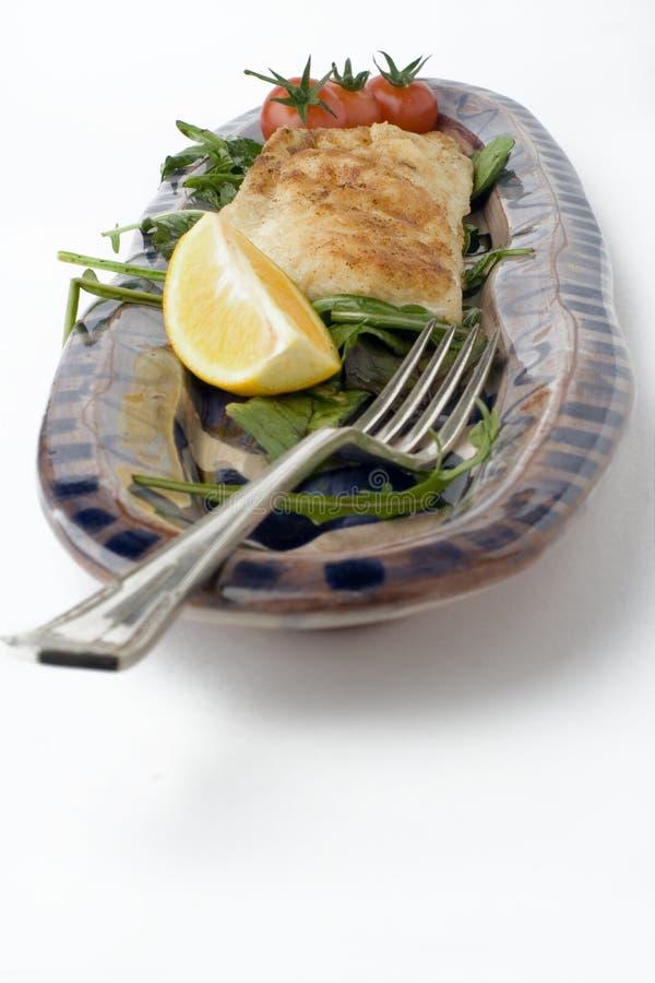 Peixes E Salada Na Bandeja Do Produto De Cerâmica Imagem de Stock Royalty Free