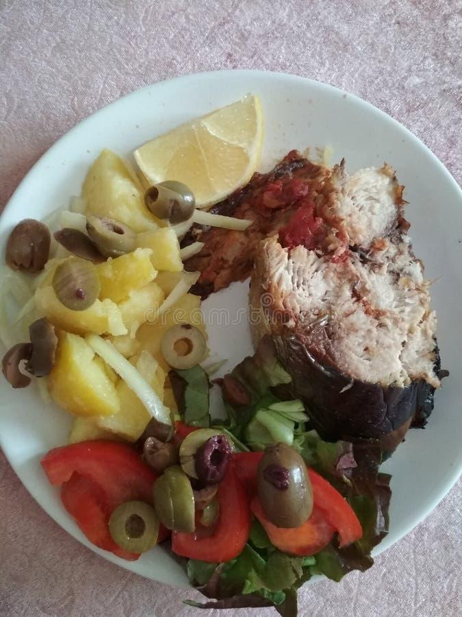 Peixes em um prato com salada imagens de stock