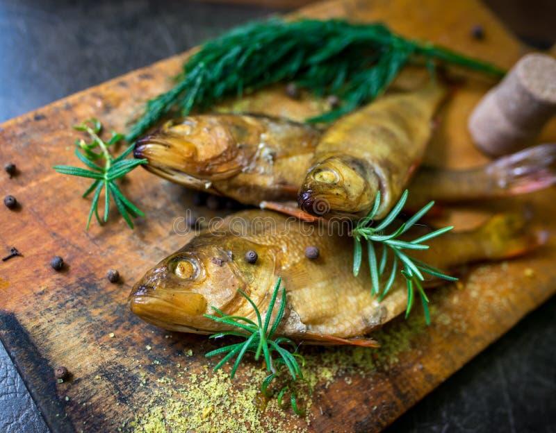 Peixes flavored Smoked em uma placa com fundo do spiceson imagem de stock