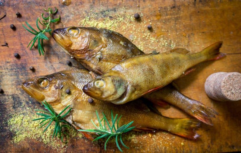 Peixes flavored Smoked em uma placa com fundo do spiceson fotos de stock royalty free