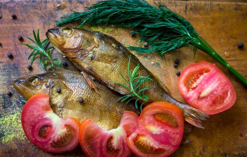Peixes flavored Smoked em uma placa com fundo do spiceson foto de stock