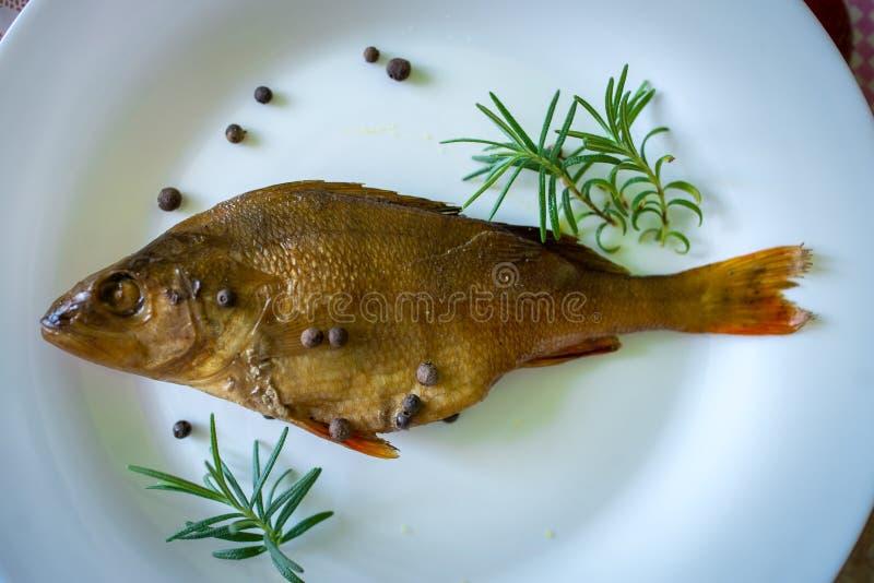 Peixes flavored Smoked em uma placa com fundo do spiceson fotografia de stock