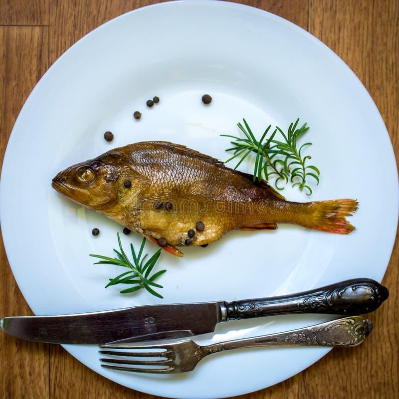 Peixes flavored Smoked em uma placa com fundo do spiceson fotografia de stock royalty free