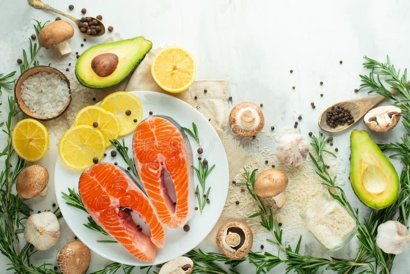 Peixes frescos, bifes de salmões com vegetais Liso-configuração Alimento superior da vista, o saboroso e o saudável fotografia de stock royalty free