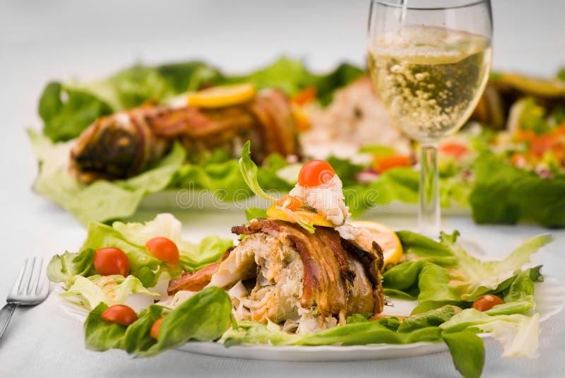 Peixes frescos e vinho imagem de stock