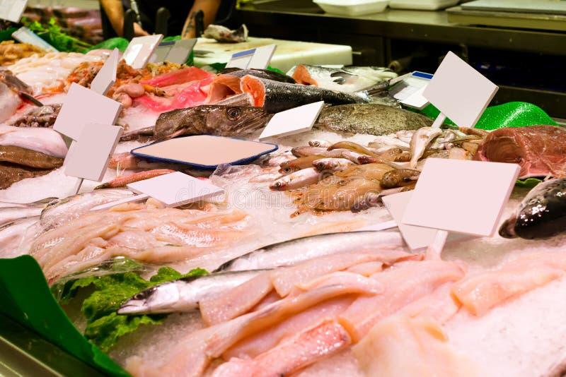 Peixes frescos, marisco, guloseimas do mar no mercado do alimento imagens de stock