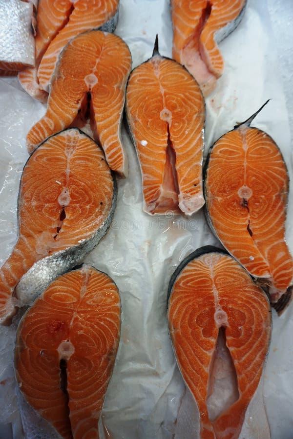Peixes frescos na migalha do gelo imagem de stock royalty free