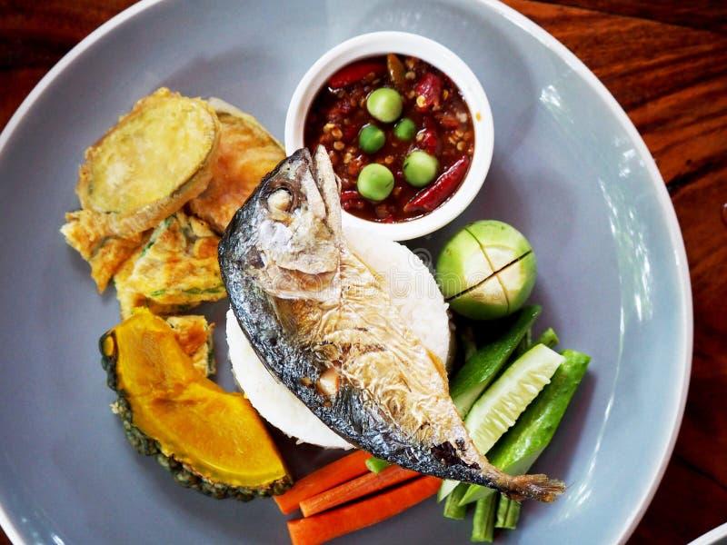 Peixes fritados com arroz e vegetais fotografia de stock royalty free