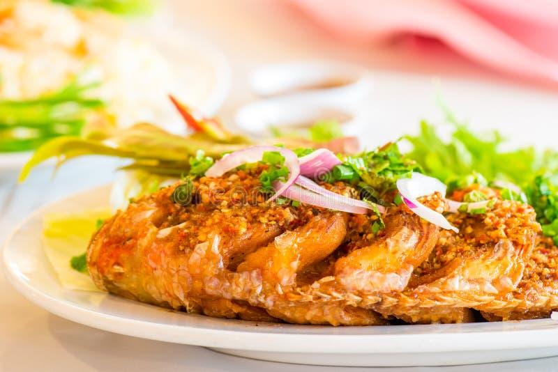 Peixes fritados com molho de pimentão foto de stock royalty free