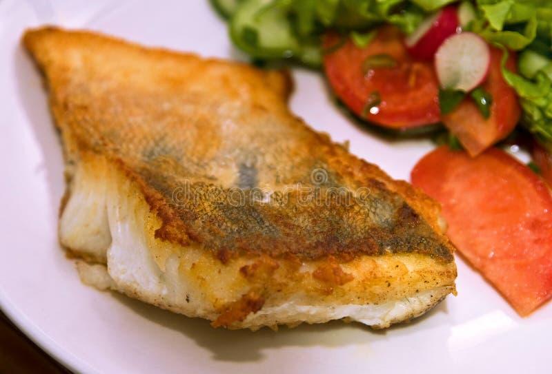 Peixes fritados com vegetais foto de stock