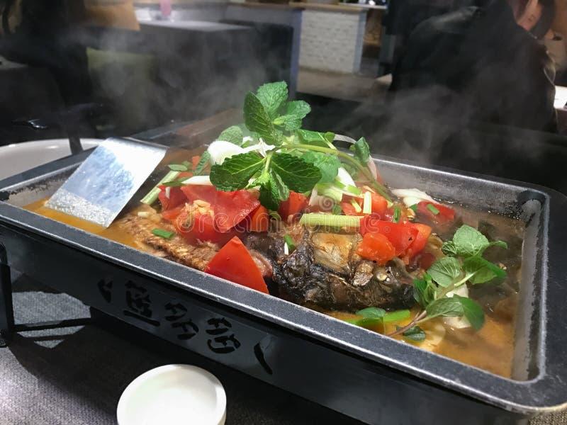peixes fritados da carpa com os vegetais na placa quente foto de stock royalty free
