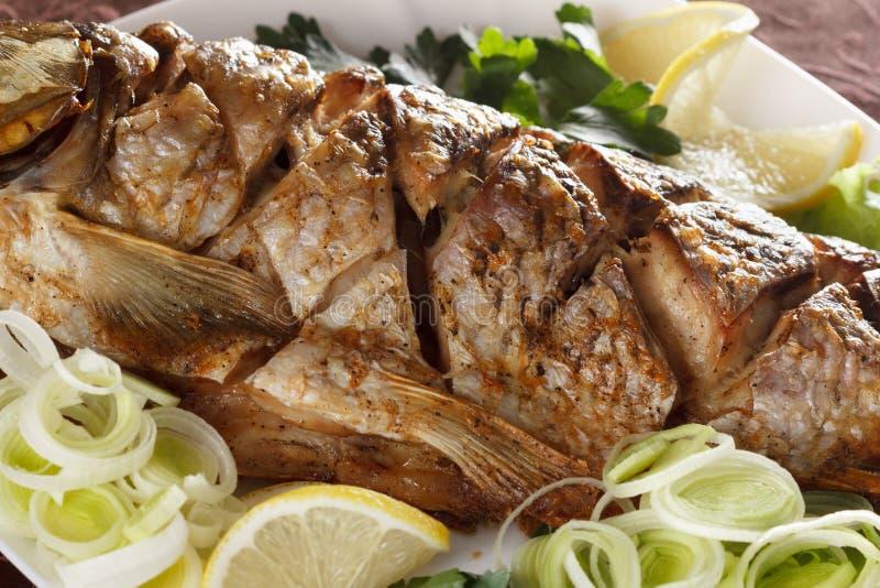 Peixes fritados da carpa com vegetais inteiramente Menu tradicional do Natal foto de stock
