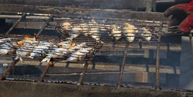Peixes fritados em um carvão quente imagens de stock