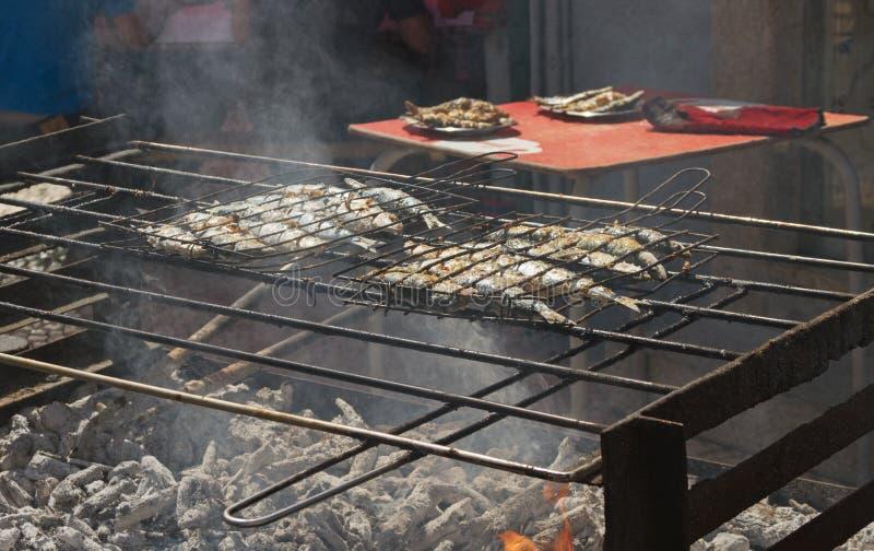 Peixes fritados em um carvão quente fotos de stock royalty free
